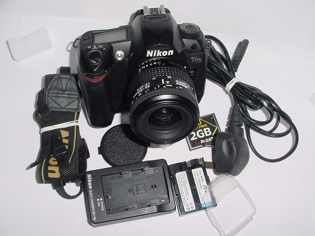 Nikon D70S 6.1 MP Digital SLR Camera w/ Nikon 35-80mm F/4-5.6 D AF Zoom Lens